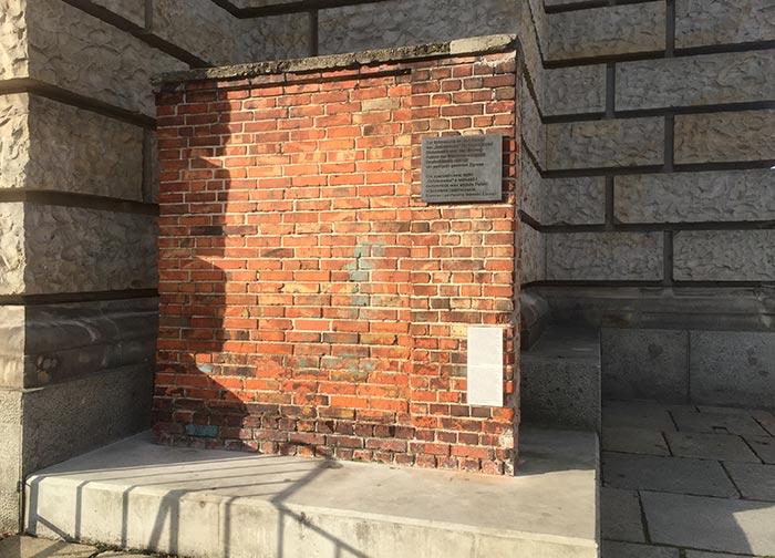 Ziegelsteinmauer an Ecke des Reichstags – Erinnerung an die Gründung der polnischen Gewerkschaft Solidarno??