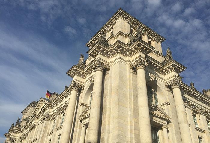 Ecke des Reichstags vor blauem Himmel