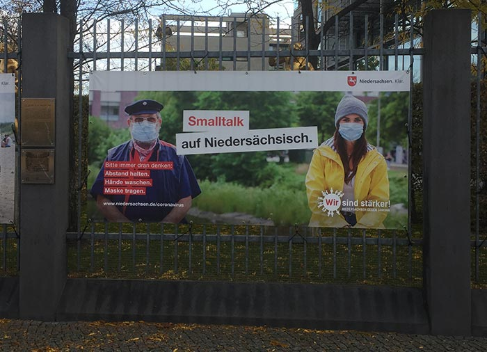 """Plakat """"Smalltalk auf Niedersächsisch"""" mit Corona-Masken"""