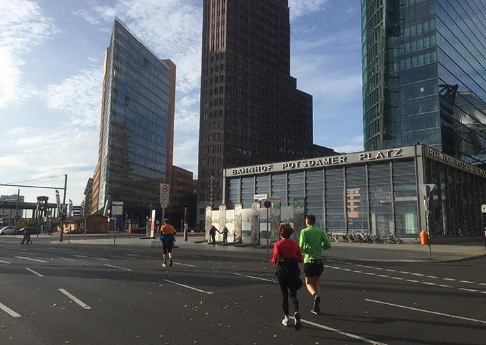 Läufer überqueren die leere Straße am Potsdamer Platz
