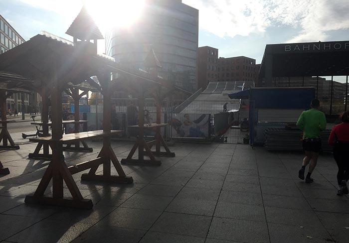 Erste Aufbauten für den Weihnachtsmarkt am Potsdamer Platz