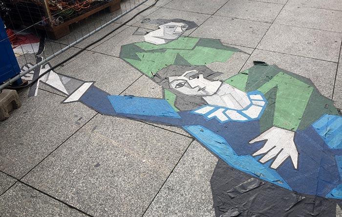 Aufgeklebte Illustration einer Frau, die eine Fahne schwenkt