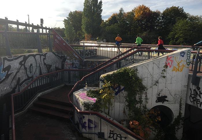 Läufer auf Fußgängerbrücke am Bahnhof Südkreuz