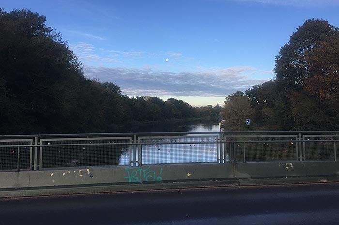 Blick von der Brücke am Teltowkanal im Morgengrauen