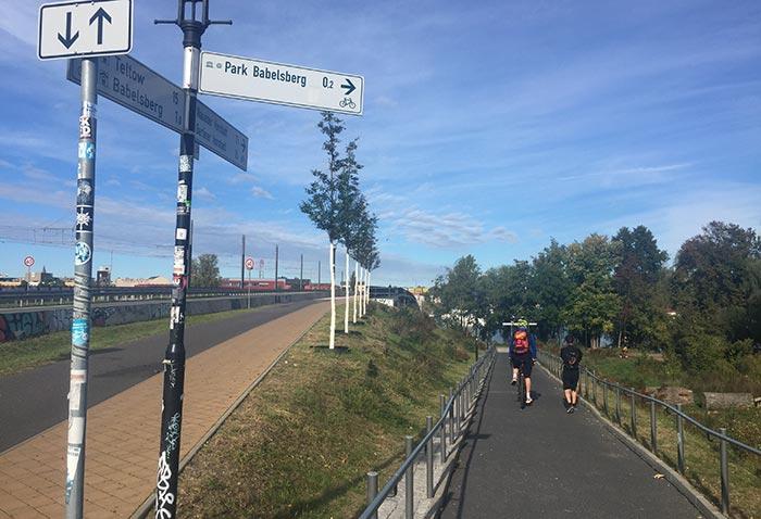 Läufer und Radbegleiter auf Weg in den Park Babelsberg