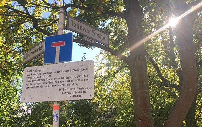 """Schild """"Teltower Straße"""" mit Hinweisschild die Autos nicht auf der Straße zu waschen"""