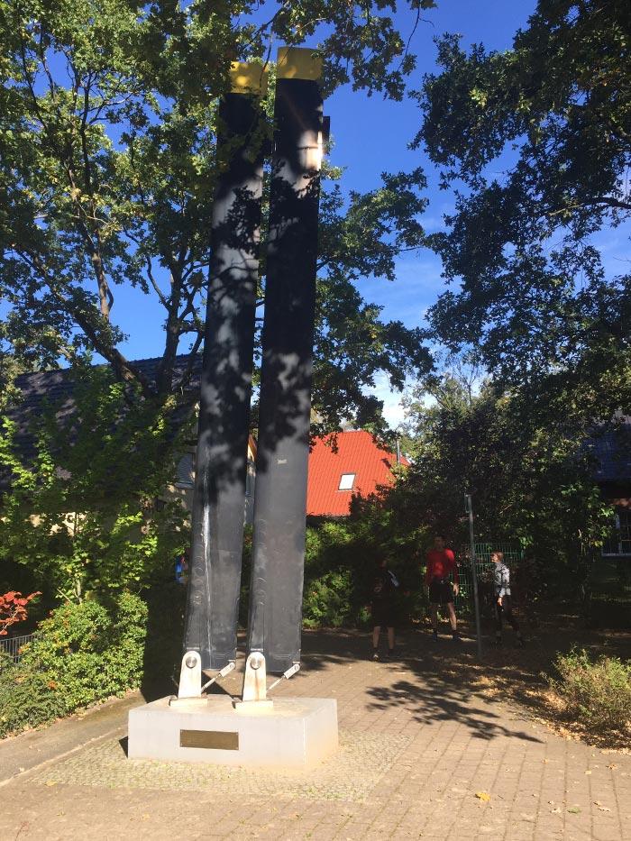 Erinnerungs-Skulptur mit zwei Helikopter-Rotorblättern auf dem Spielplatz in Steinstücken