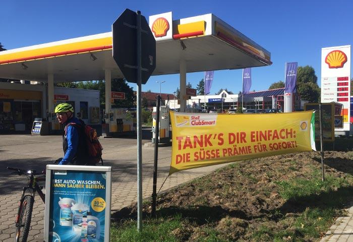 Radbegleiter auf Tankstelle