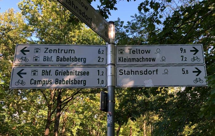 Schilder mit Hinweis Babelsberg und Griebnitzsee nach links, Teltow, Kleinmachnow und Stahnsdorf nach rechts