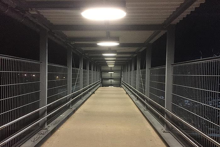 Behelfsbrücke mit Oberlichtern in der morgendlichen Dunkelheit