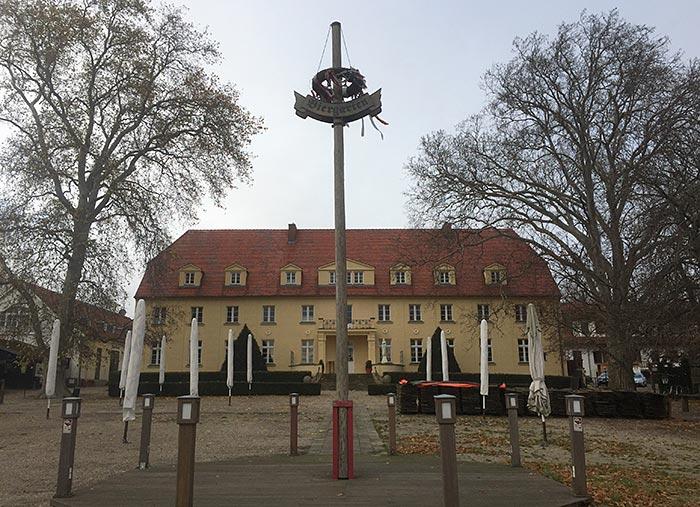Blick vom Biergarten auf das Schloss Diedersdorf