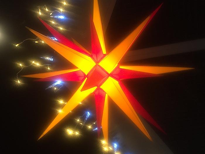 Leuchtender orange-roter Weihnachtsstern