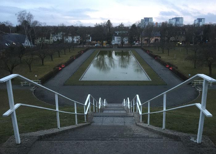 Blick vom Lilienthal-Denkmal auf den Park und das Wasserbecken