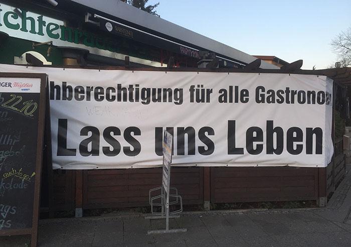 """Großes Banner """"Gleichberechtigung für alle Gastronomen – Lass uns leben"""""""