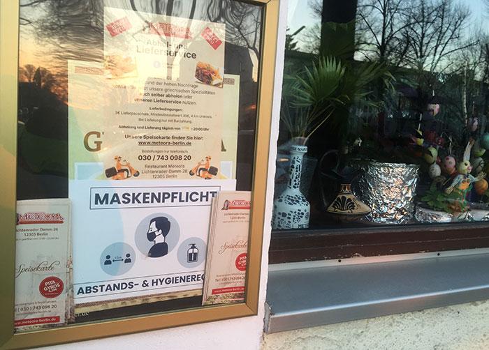 Corona-Hinweis Maskenpflicht Griechisches Restaurant