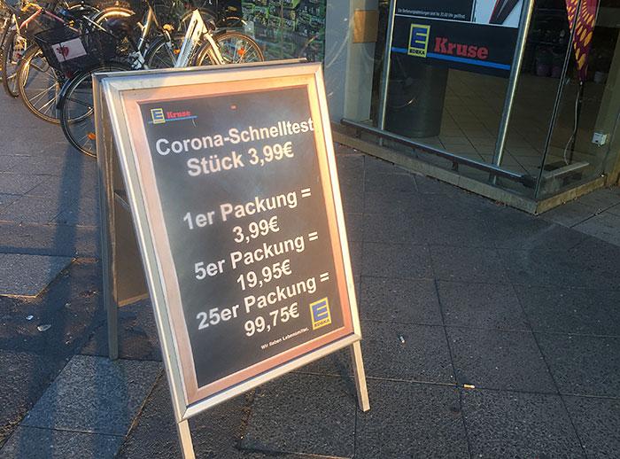 Aufsteller mit Kauf-Angeboten Corona-Schnelltest
