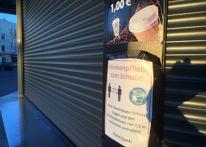 Corona-Hinweise an Kaffee-Kiosk