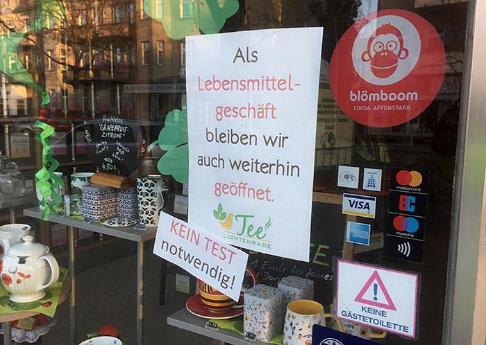 """Corona-Hinweise an Teeladen: """"Kein Test notwendig!"""" und """"Keine Gästetoilette"""""""