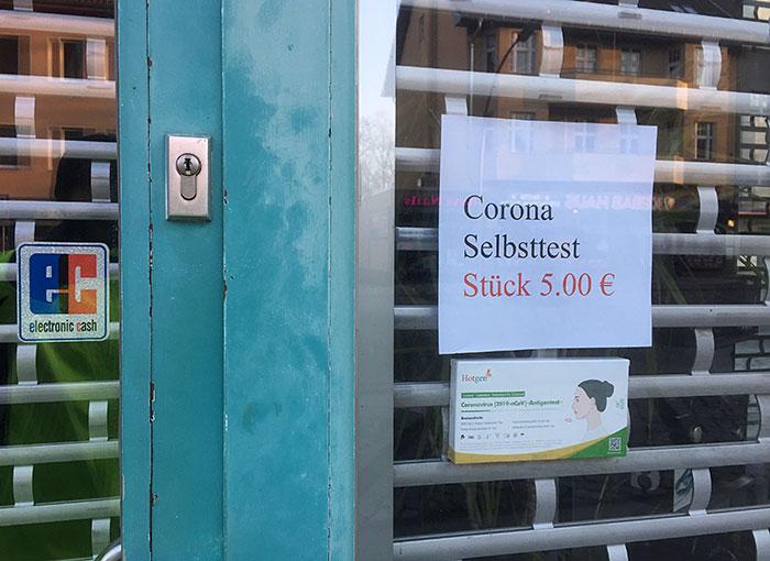 """Hinweis """"Corona Selbsttest Stück 5.00 €"""" an Geschäft"""