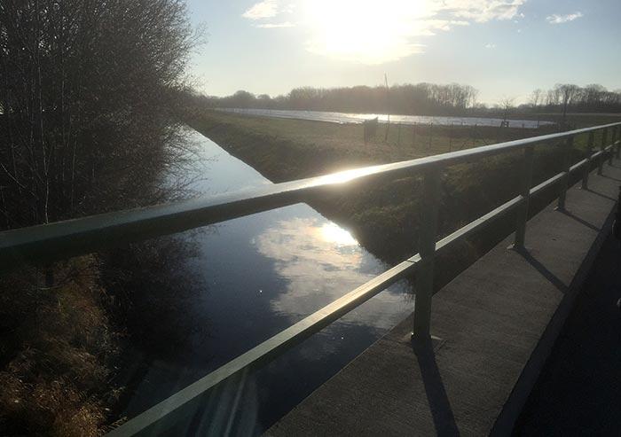 Brücke am Mahlower Seegraben im Sonnenlicht