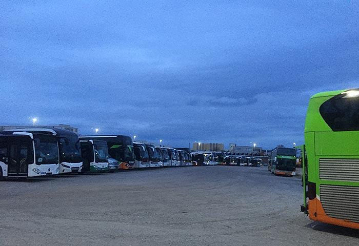 Parkplatz mit vielen Reisebussen