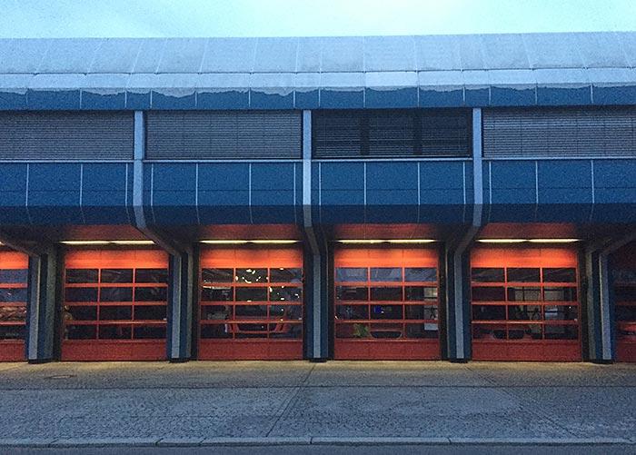 Beleuchtete rote Tore der Freiwilligen Feuerwehr Marienfelde
