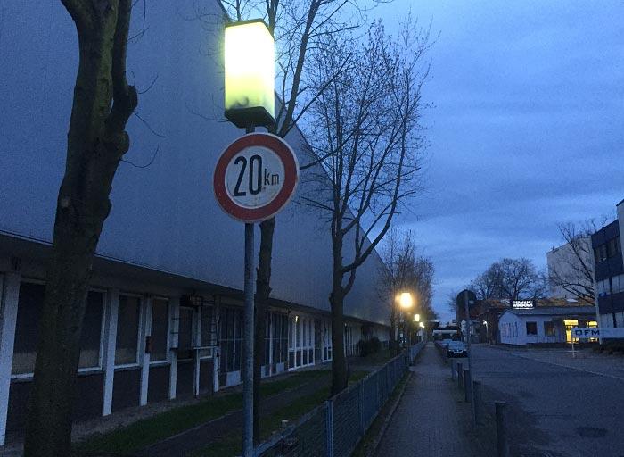 Rechteckige Laterne mit 20-km-Schild
