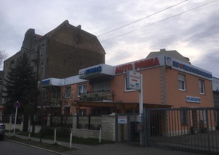 Firmengebäude mit Balkon