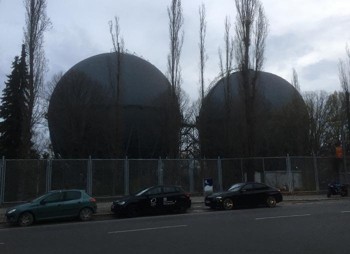 Zwei große Kugelgasbehälter in Mariendorf