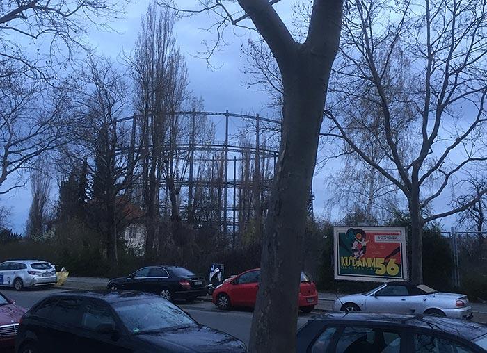 Gasometer Mariendorf, im Vordergrund Plakat für das Musical Ku'Damm 56