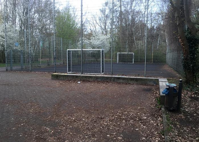 Bolz-Käfig mit zwei weißen Fußballtoren