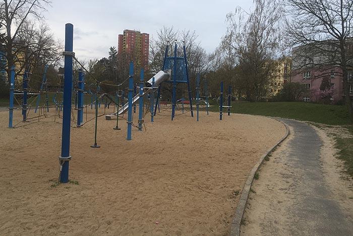 Großer Kinderspielplatz mit blauen Spielgeräten
