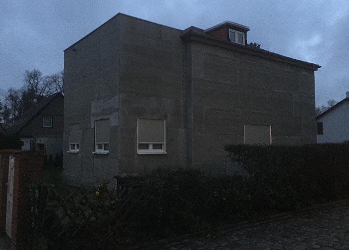 Einfamilienhaus, das zubetoniert aussieht wie ein Bunker