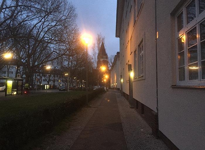 Blick in der Morgendämmerung auf die Kirche Lankwitz