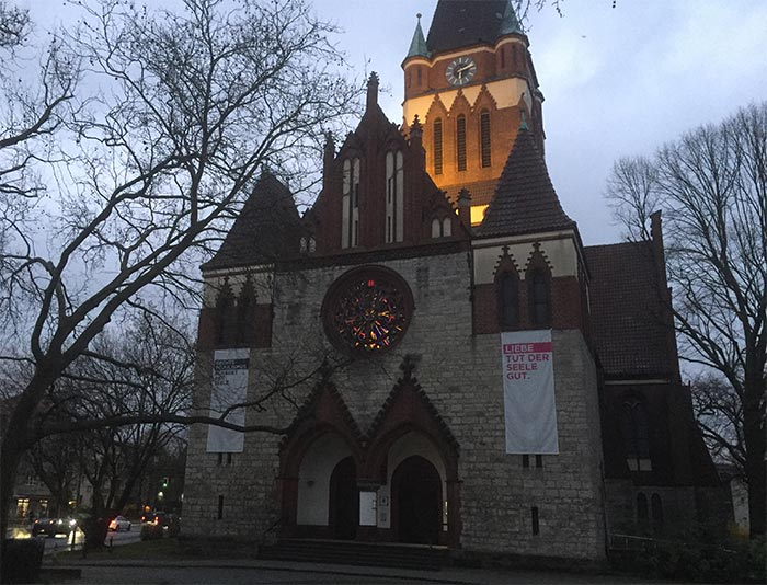 """Kirche Lankwitz mit Banner """"Liebe tut der Seele gut"""""""