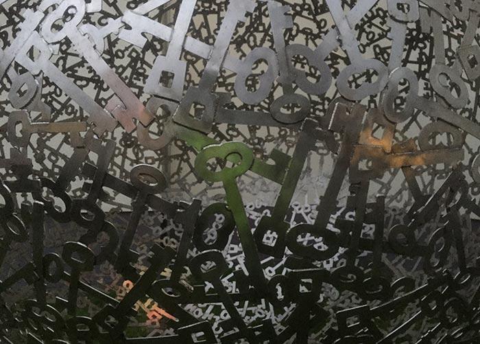 Detail einer Metall-Skulptur aus lauter nachgebildeten Schlüsseln