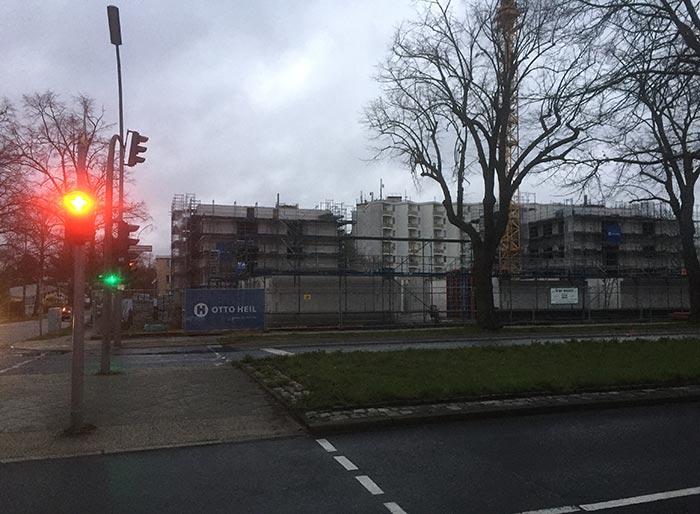 Neubau-Areal an einer Hauptstraße