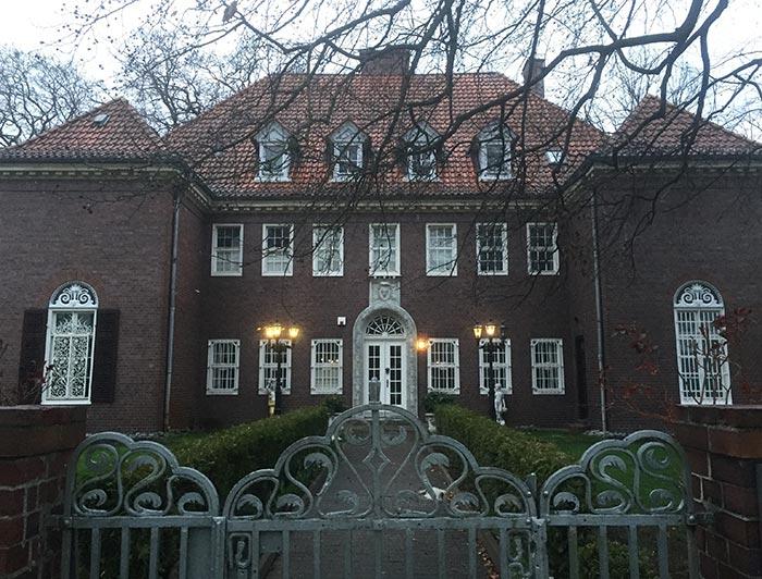 Herrenhaus mit Backstein-Fassade und gusseisernem verziertem Eingangstor