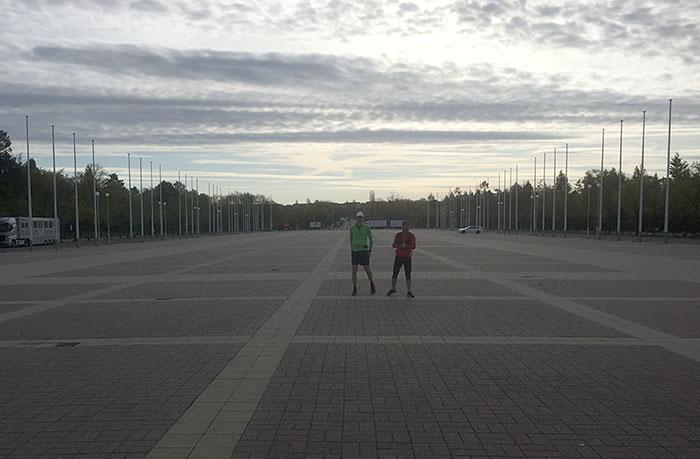 Zwei einsame Läufer auf dem weitläufigen Olympischen Platz in Berlin