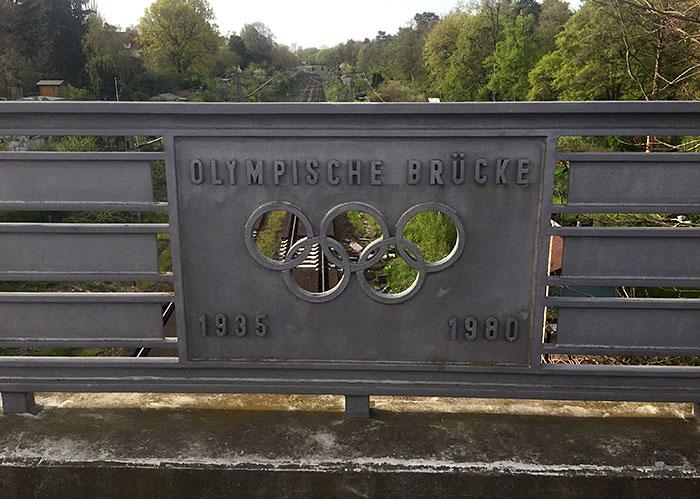 """Metallplatte """"Olympische Brücke 1935 1980"""" mit Olympischen Ringen"""