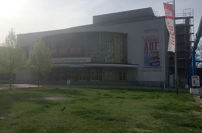 """Schiller-Theater mit Banner """"Testzentrum"""""""