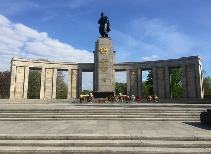 Sowjetisches Ehrenmal mit Kränzen an der Straße des 17. Juni