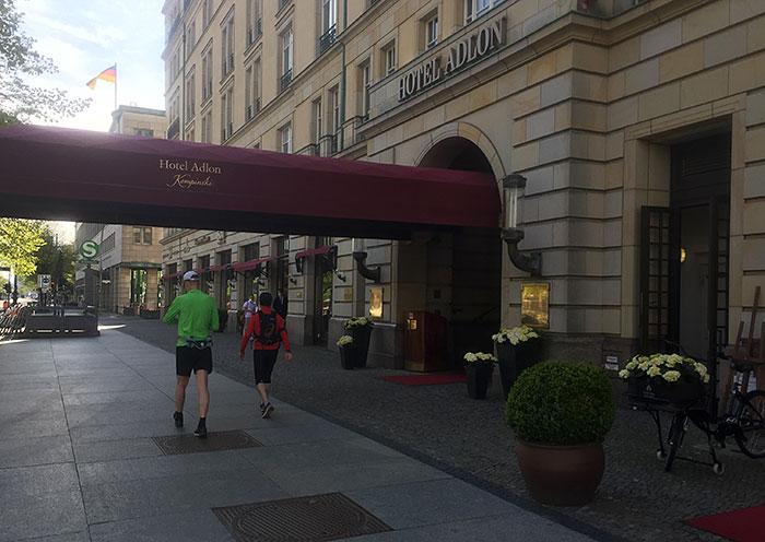 Läufer vor dem Eingang des Hotel Adlon