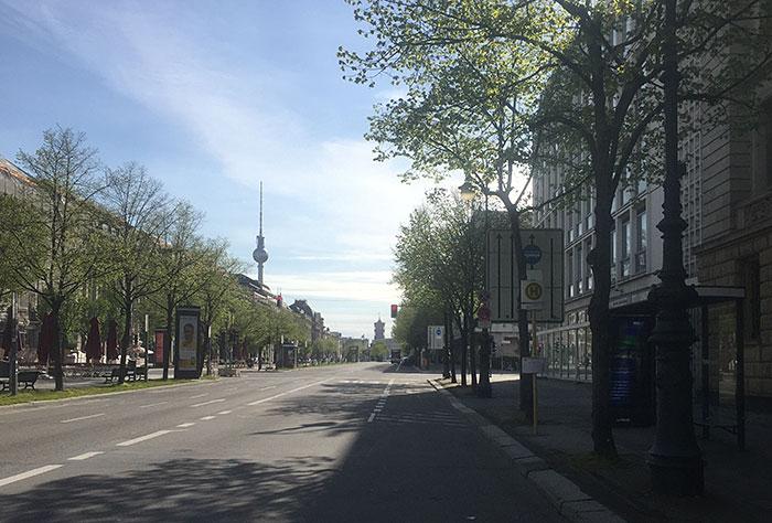 Leere Straße Unter den Linden mit Blick auf den Fernsehturm