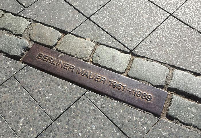 Markierung Berliner Mauer auf dem Gehweg