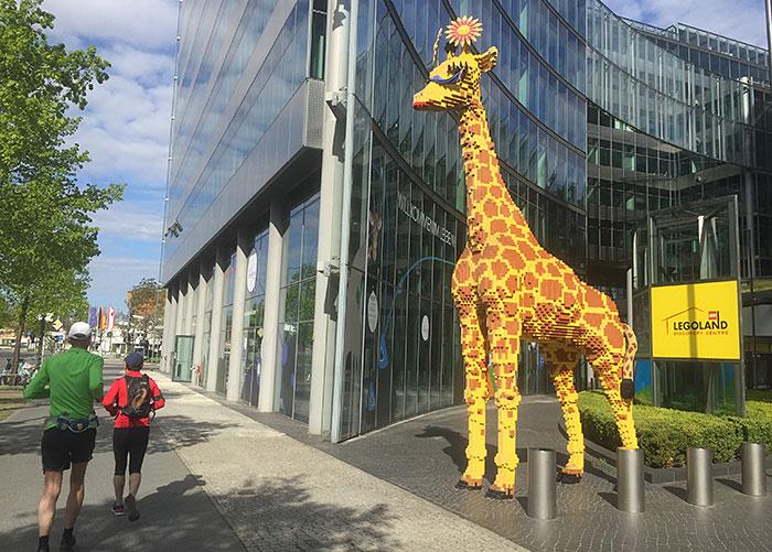 Meterhohe Lego-Giraffe am Sony Center