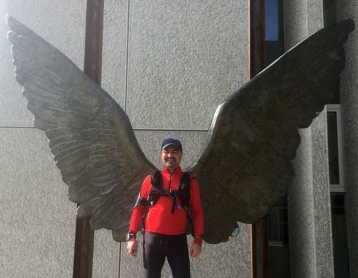 "Läufer vor den ""Wings of Mexico"""
