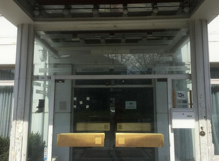 Heruntergekommener Eingang eines ehemaligen Hotels