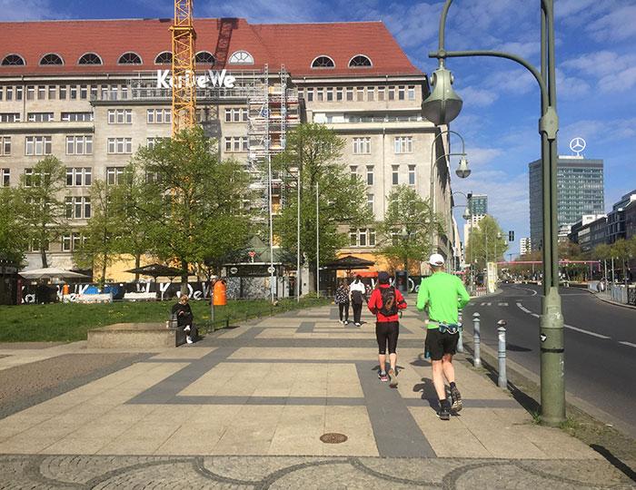 Läufer auf dem Wittenbergplatz mit dem KaDeWe