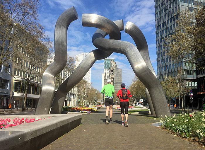Läufer unter der Skulptur Berlin